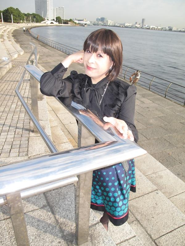 091021黒ブラウス緑スカート(3)