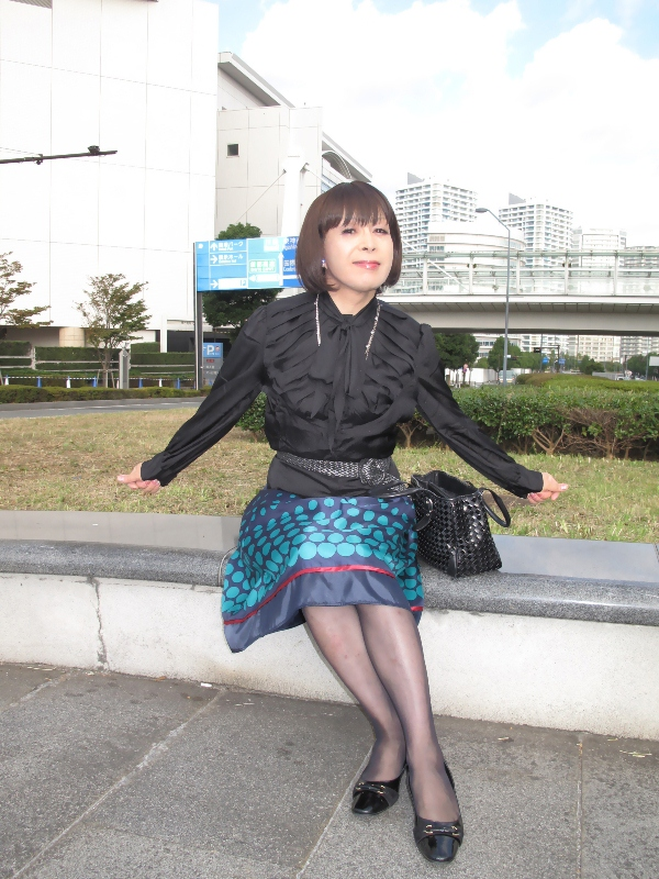 091021黒ブラウス緑スカート(4)