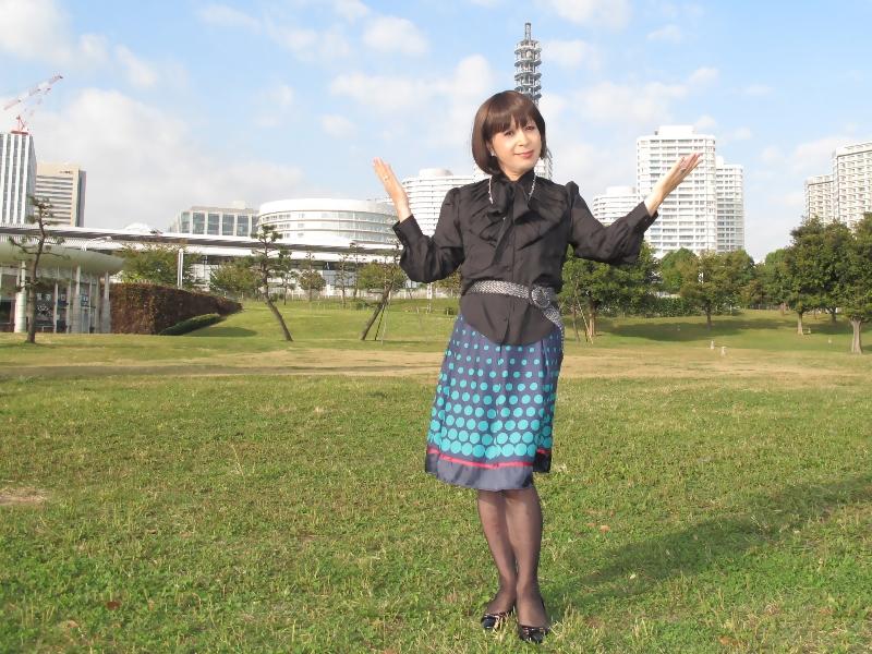 091021黒ブラウス緑スカート(5)