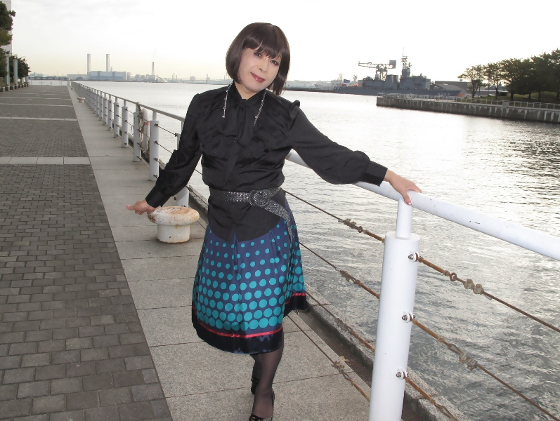 091021黒ブラウス緑スカート(6)
