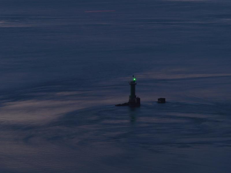大潮荘から見た青い灯台