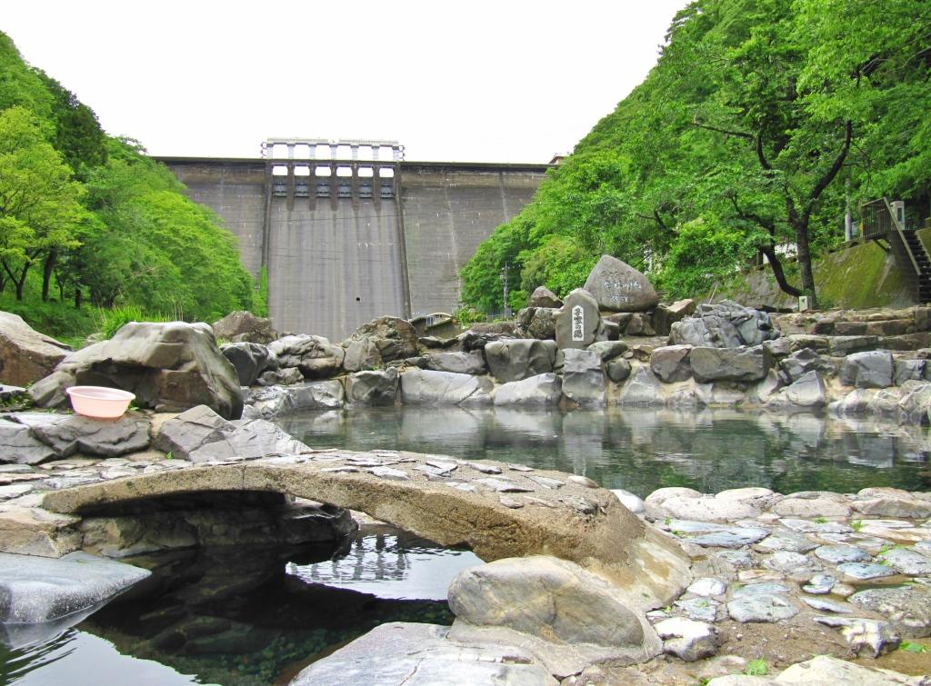 町並みとダム (1)