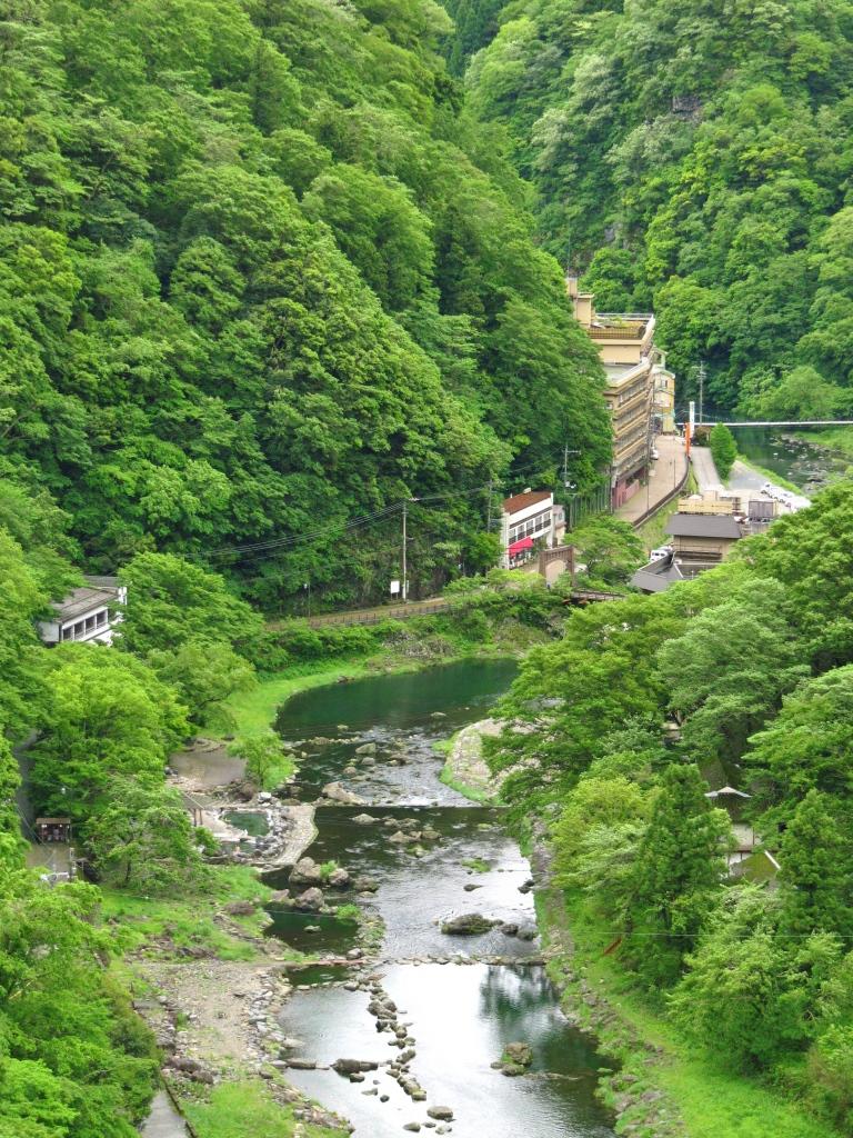 町並みとダム (4)