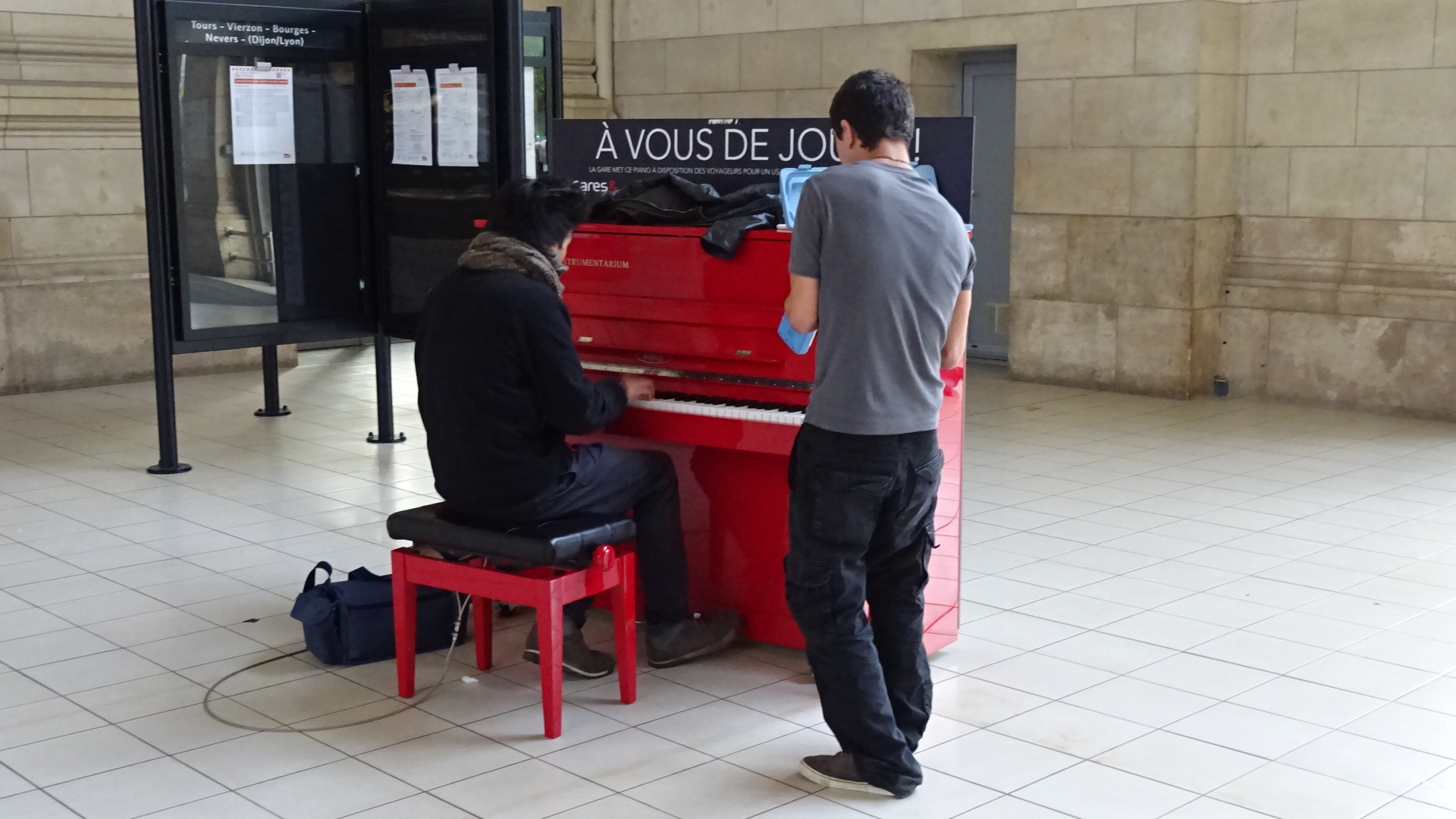 赤いピアノ&鍵盤パフォーマンス