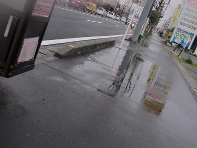 雨のバス停