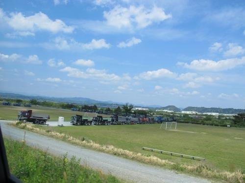 天竜川にトラック