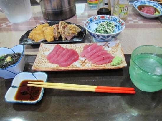 グルクンのフライ、紫芋の天ぷら、苦菜の白和え、マグロの刺身、モズク酢