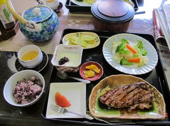 ステーキ,温野菜,黒米入りご飯,アーサ入り卵焼き,トマト,たくあん,ブルーベリーヨーグルト