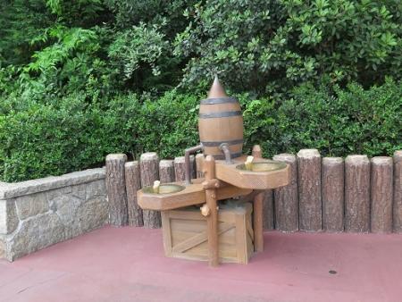 ディズニーランド 樽の水飲み場