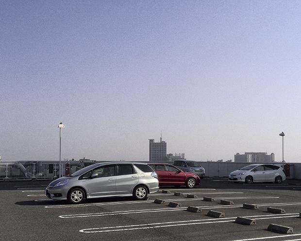 ビルの屋上の駐車場は不思議な景色
