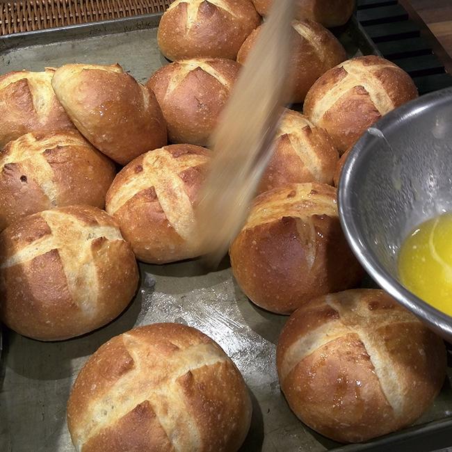 塩バターパン、焼きたてに塗って貰いました。