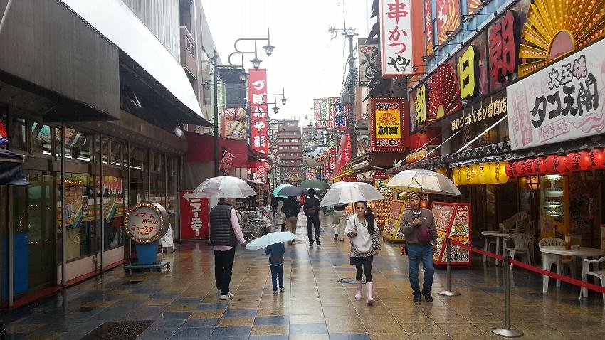 雨の商店街を歩く