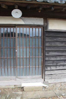 古民家の玄関のガラスの格子戸