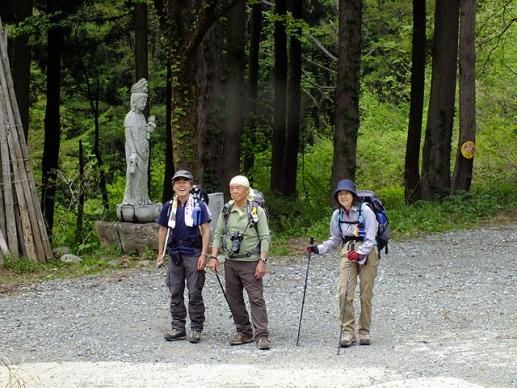 林道途中で、後ろに坂戸観世音