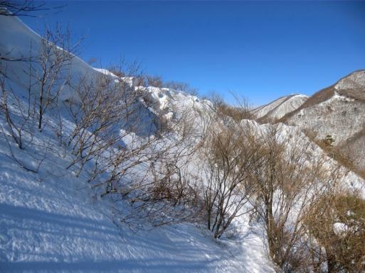 雪庇を避けて道