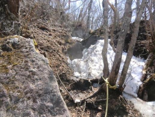 岩場の残雪
