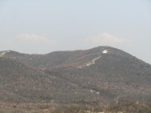 雪が残る長七郎山