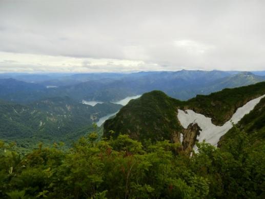 雪渓と田子倉湖