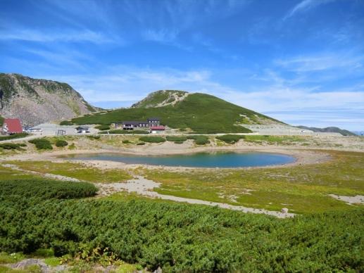 鶴ヶ池と後方は魔王岳