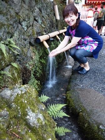 湧玉池の水でお浄め