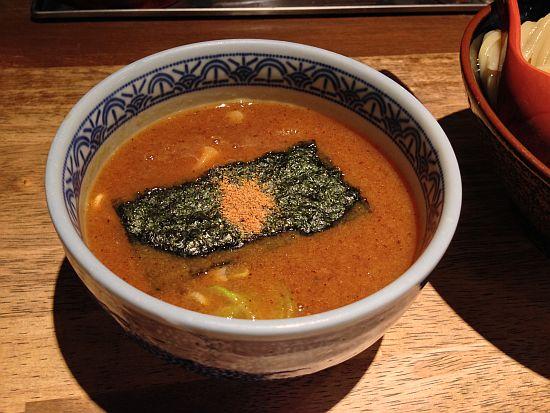 スープ、魚粉が乗ってる