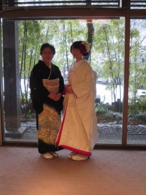 花嫁と母。雪景色の前で