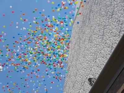 青空に風船の色が映える