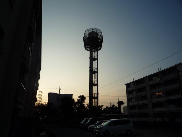 日暮れ時の大阪市営長吉長原西第2住宅給水塔