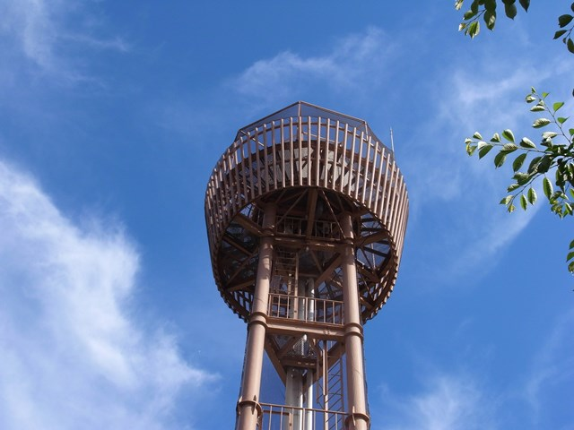 下から見た大阪市営長吉長原西第2住宅給水塔