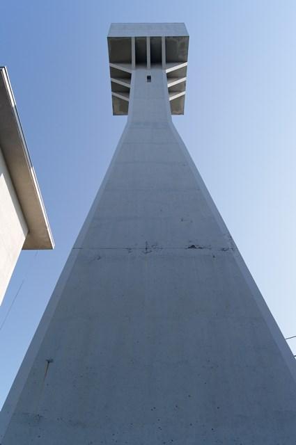 下から見上げた八王子大和田郵政宿舎給水塔