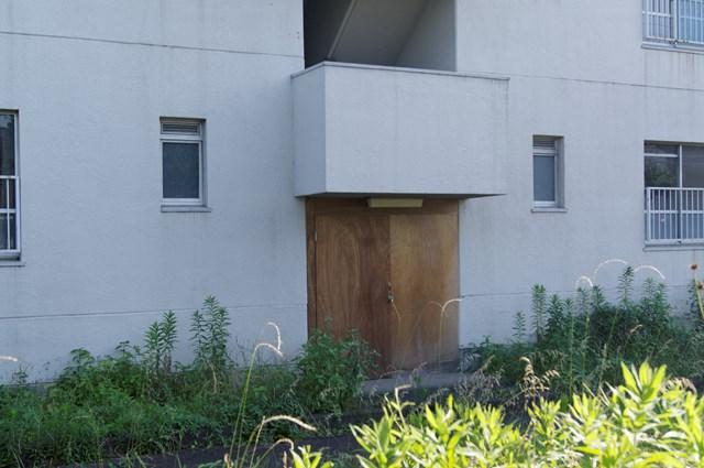 封鎖された八王子大和田郵政宿舎住棟入り口