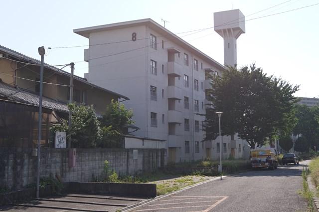 八王子大和田郵政宿舎の給水塔と住棟