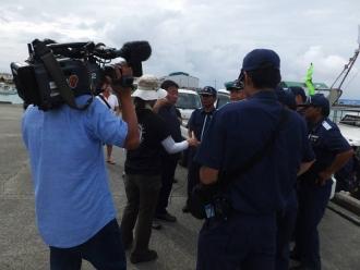 b出港を宣言する水島幹事長。「トラブル」を期待してか、NHKのカメラが飛んできた