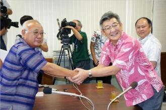 260616 縄県宮古島市の下地敏彦市長(左)と武田良太防衛副大臣
