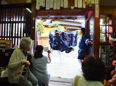 2014七夕 獅子舞踊り 店内から