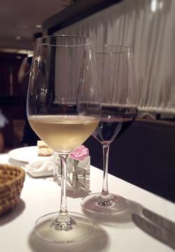 白ワインはサービスです