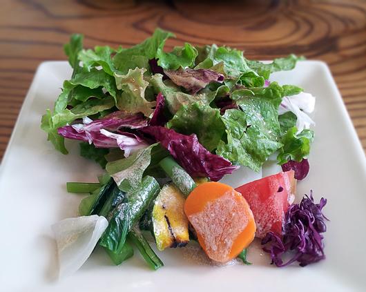 地元野菜たっぷりサラダ