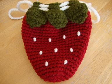 いちごの編みポーチ