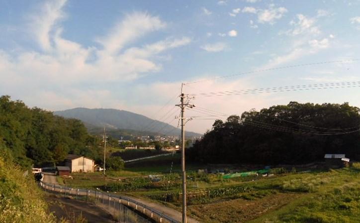 朝靄に凛と輝く「生駒山」