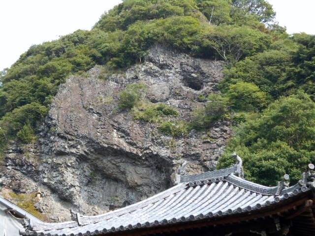 宝山寺本堂の後の岩山