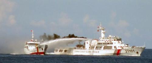 西沙諸島付近で中国海警の船から放水を受けるベトナム船