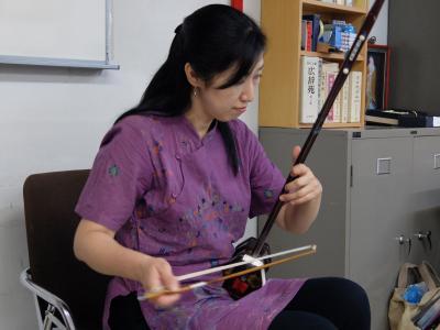 演奏する石本さん