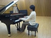 小ホールでピアノの弾き込み。楽器全体がムラ無く、無理なく良い音で鳴り響くように気を配りながら弾きこんでいく。