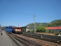 単線なので、列車は駅ですれ違います。