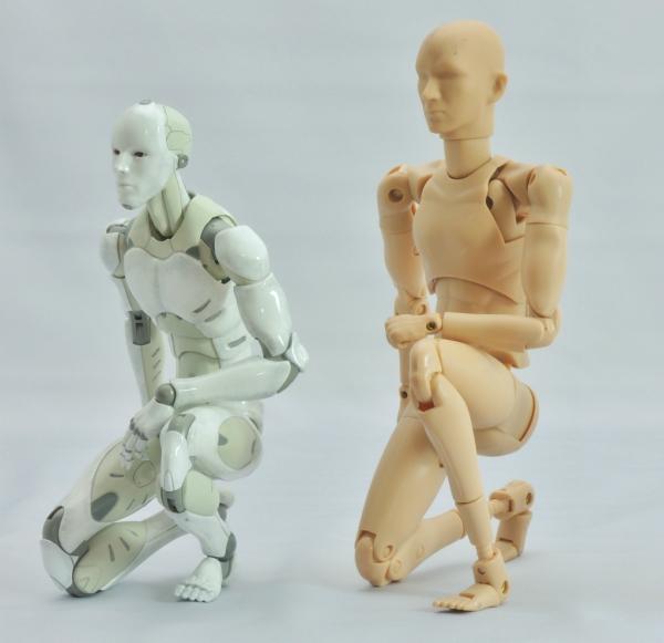 東亜重工 合成人間:片膝立ちの検証:その1(斜め)