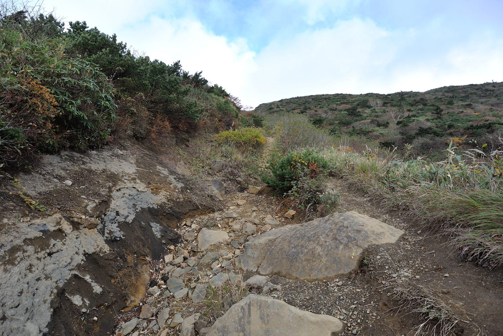 お釜への登山道2