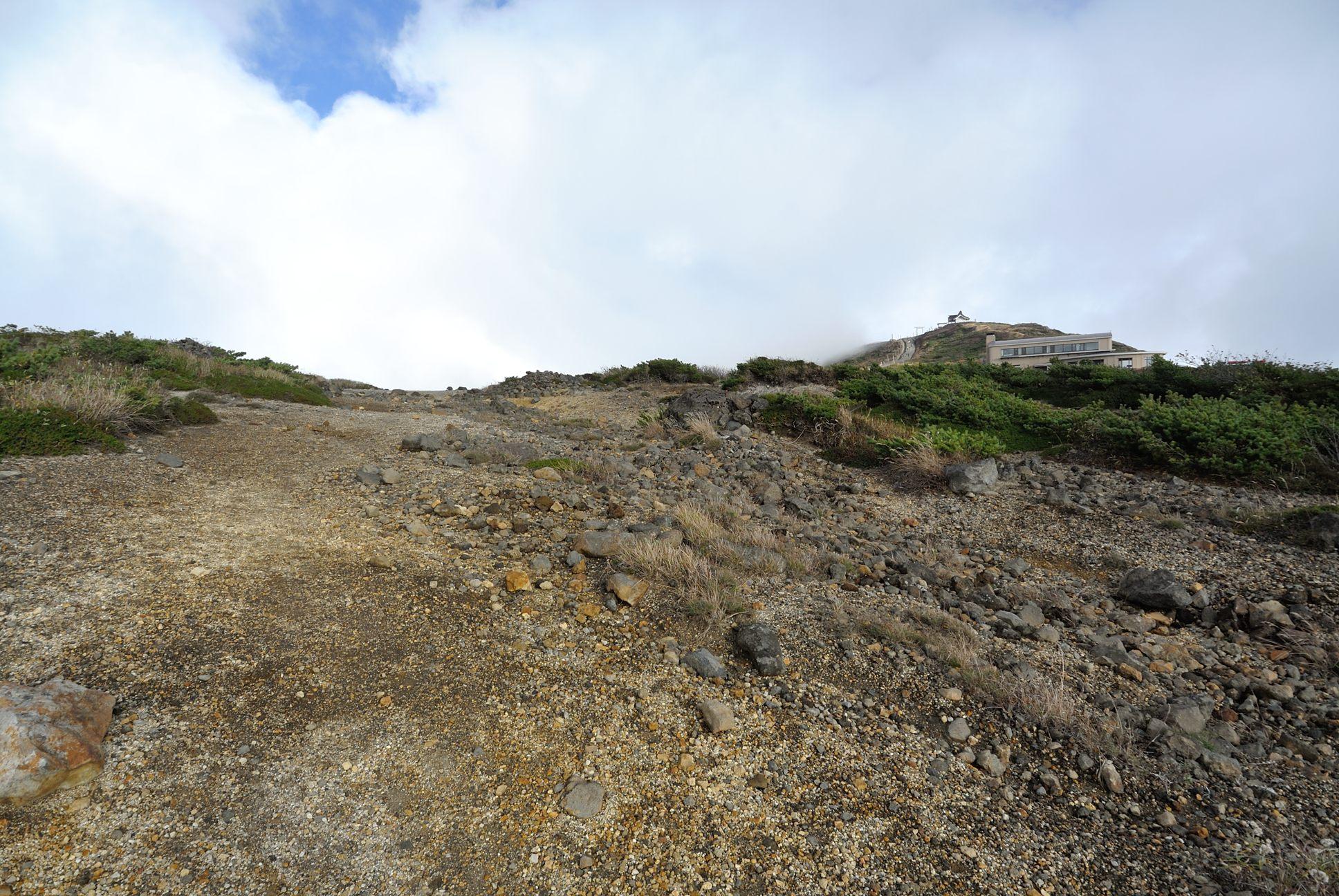 お釜への登山道3
