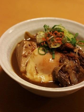 卵を落とした牛筋豆腐の味噌煮込み