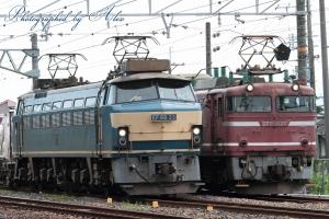 1083レ(=EF66-33牽引)に抜かれる3090レ(=EF81-627牽引)