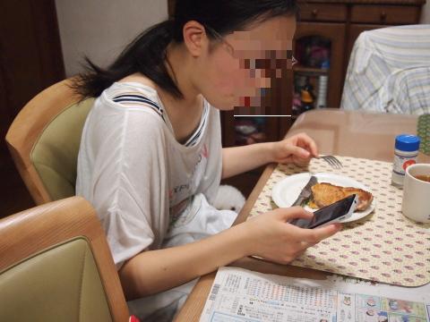 鶏を食べる